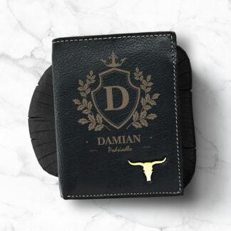 czarny skórzany portfel z grawerowanym imieniem i nazwiskiem elegancki prezent dla niego