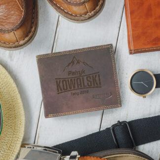 grawerowany brązowy portfel z imieniem nazwiskiem i dedykacją prezent dla niego
